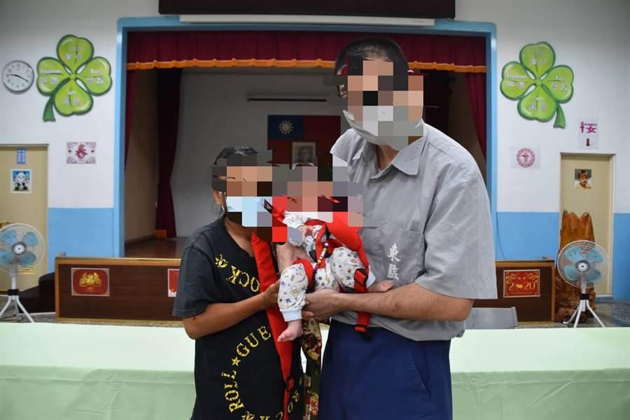 陳女攜著強褓中的嬰兒到獄中與劉姓男子完成登記結婚。(楊漢聲攝)