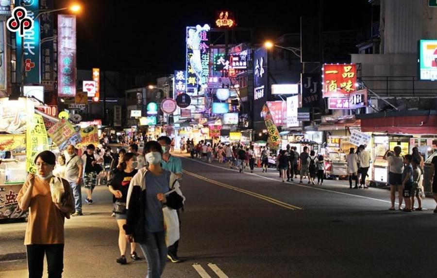 (圖為先前五一勞動節連假首日,墾丁大街晚間只見零星遊客。圖/本報系資料照片)