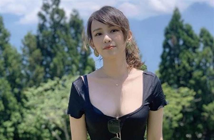 寰宇新聞台記者黃韻澄採訪交通部長林佳龍,因「超胸」身材爆紅。(黃韻澄IG)