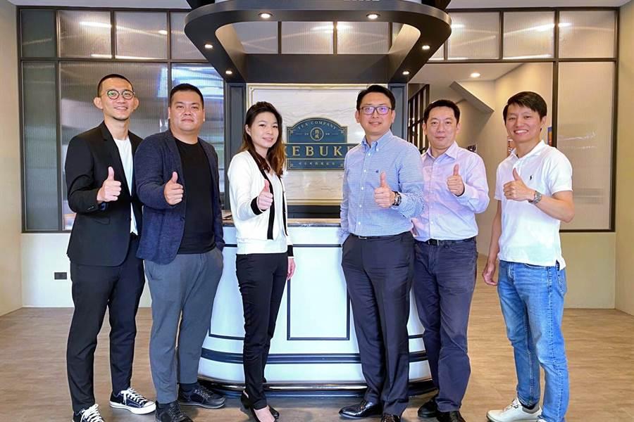 連鎖餐飲集團雅茗宣布參股台灣知名熟成紅茶品牌「可不可」,雙方團隊簽約攜手共打國際盃。左三為可不可董事長許宛汝、右3為雅茗投資長陳聖中。(雅茗提供)