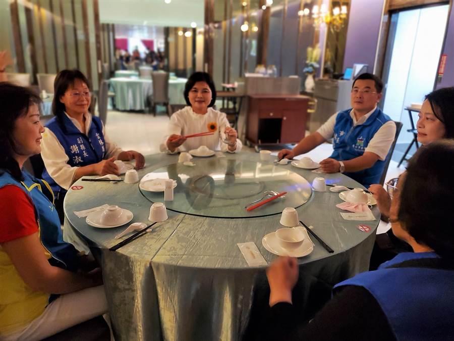 雲林縣長張麗善宣布展開防疫新生活,雲林縣「防疫新生活運動」之一,用餐時8人1桌,要公筷母匙。(周麗蘭攝)