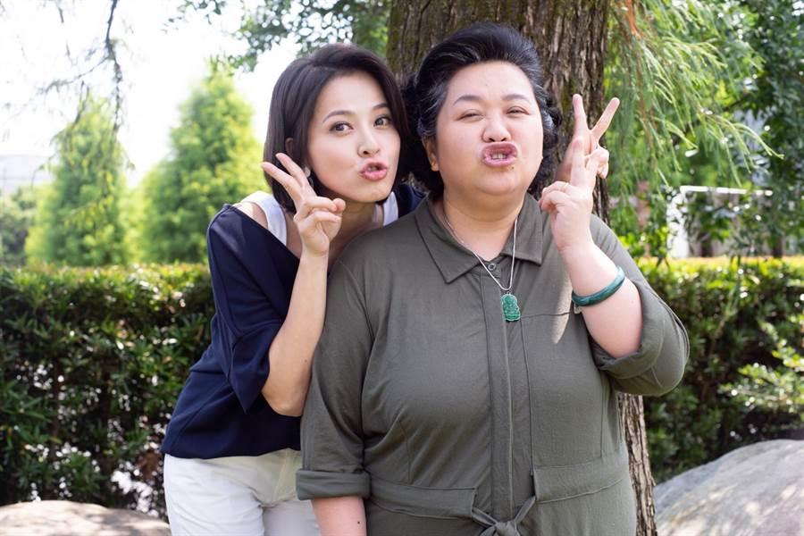 蘇晏霈在公視《我的婆婆怎麼那麼可愛》飾演鍾欣凌小女兒蘇秉愛,兩人互動溫馨又可愛。(公視提供)
