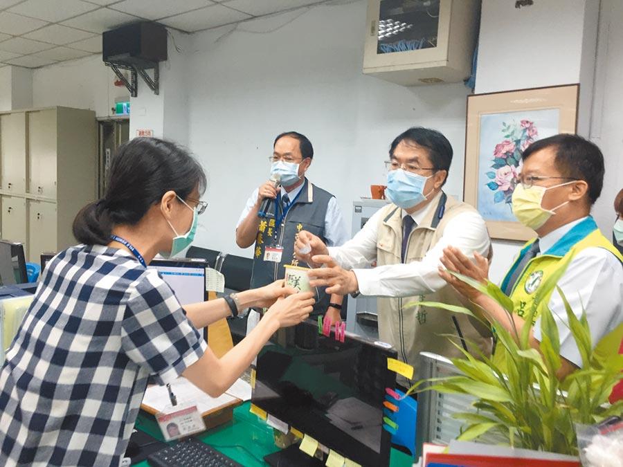 區公所加班忙審核紓困案,台南市長黃偉哲(右二)昨早到中西區公所親送綠豆湯慰勞第一線同仁。(曹婷婷攝)
