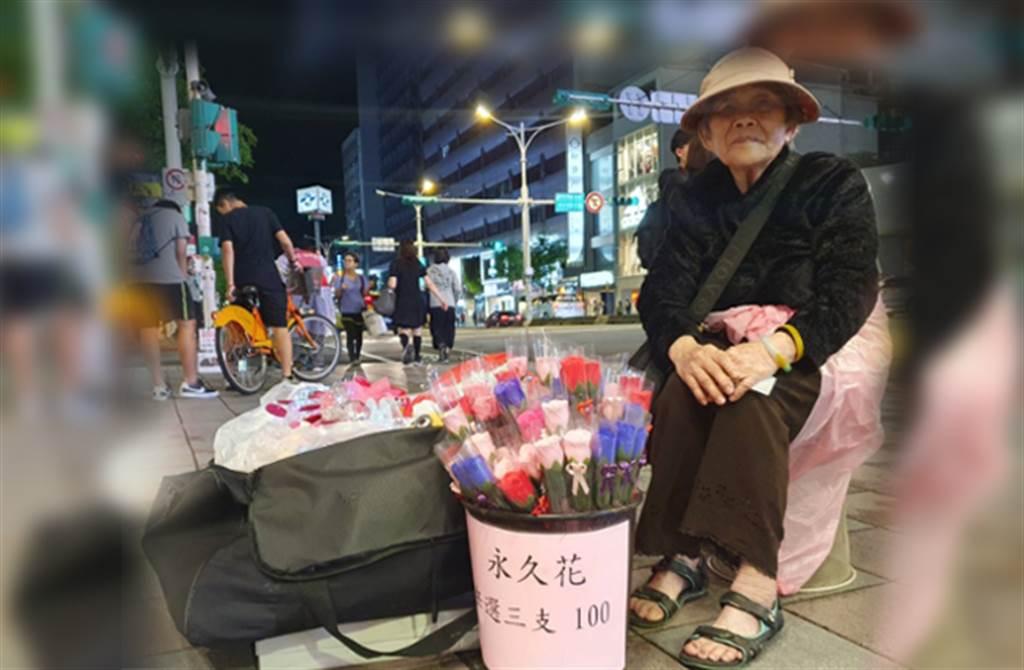 高齡86歲婆婆,街頭擺攤賣玫瑰花,讓人看了不捨。(照片/游定剛 拍攝)