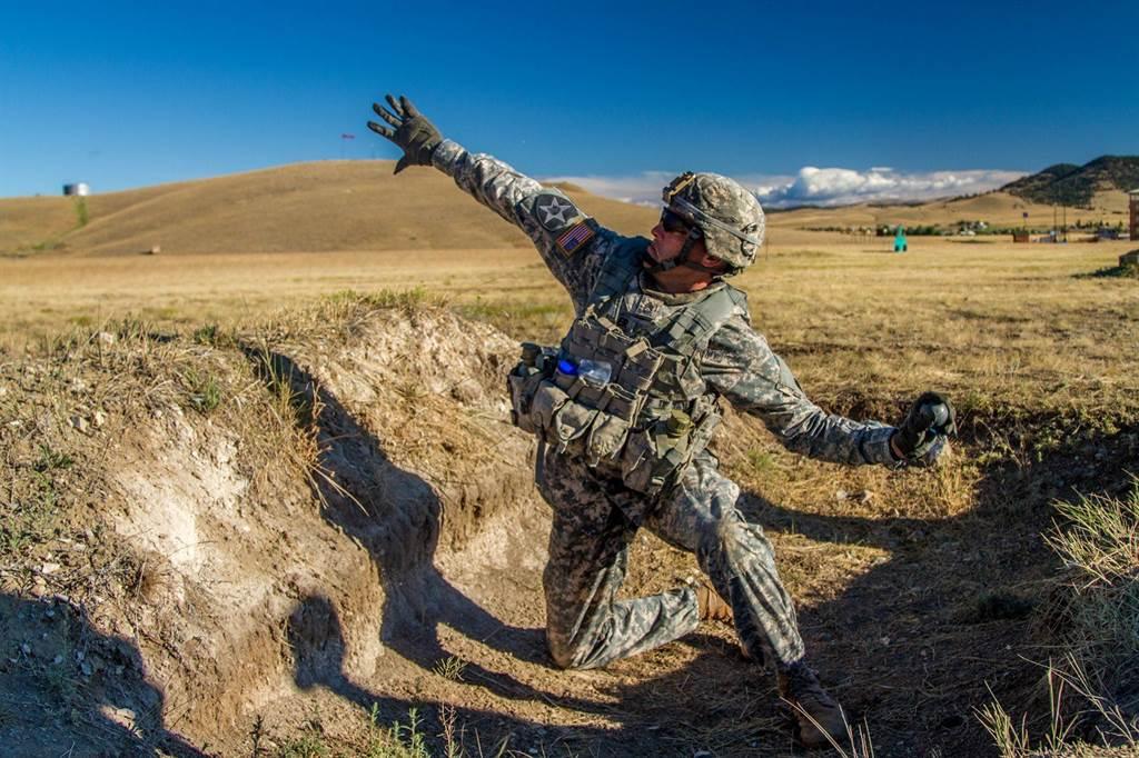 一名美軍在訓練場練習投擲手榴彈。(圖/美國陸軍)