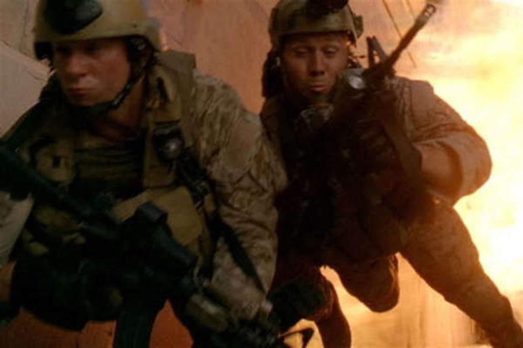 電影中的手榴彈爆炸常是巨大的火球,其實火光沒有那麼巨大。圖為2012年的戰爭電影「海豹神兵:英勇行動」(圖/Relativity Media)