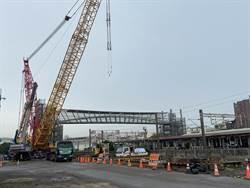 台中大甲火車站人行跨越橋 今完成吊掛