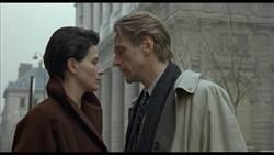 《烈火情人》重登大銀幕 茱麗葉畢諾許全裸套風衣街頭「野戰」影帝