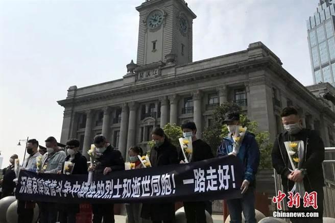 圖為4月在武漢為疫情逝者默哀的儀式(中新社)
