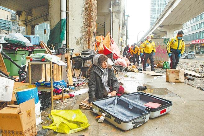 新冠肺炎肆虐全球,世界銀行總裁馬爾帕斯19日警告,今年全球經濟恐將萎縮5%,使大約6000萬人陷入「赤貧」,過去3年世銀所做的減貧努力全部歸零。世銀對赤貧的定義是每人每天的生活費不到1.9美元(台幣57元)。(美聯社)