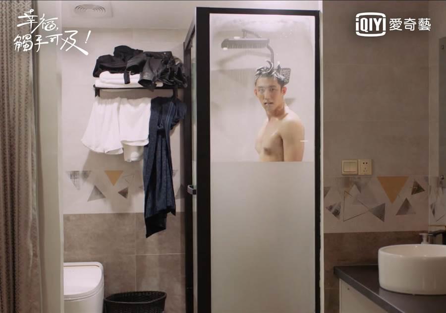 黃景瑜洗澡遭迪麗熱巴闖入。(愛奇藝台灣站提供)
