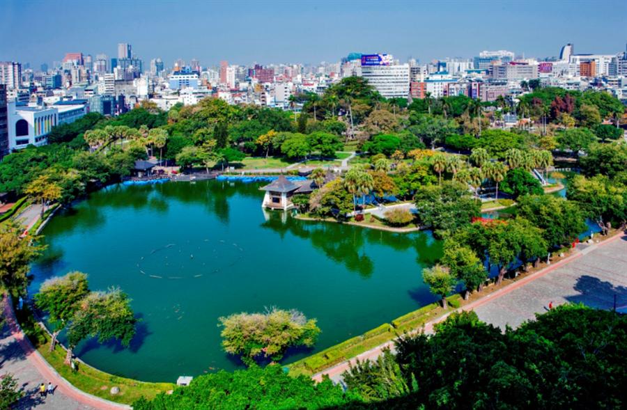 台中公園占地3萬3千多坪,充滿綠意的空間適合假日帶孩子來遊玩/圖片由業者提供