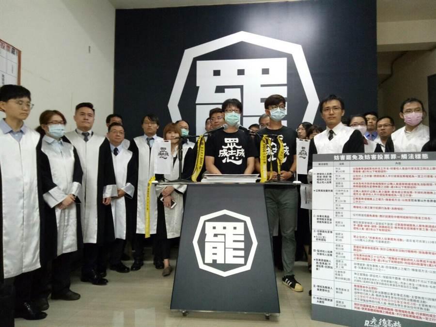 20名律師高呼「反奧步、要投票」,呼籲高雄市民勇敢出來投票。(Wecare高雄提供/袁庭堯高雄傳真)
