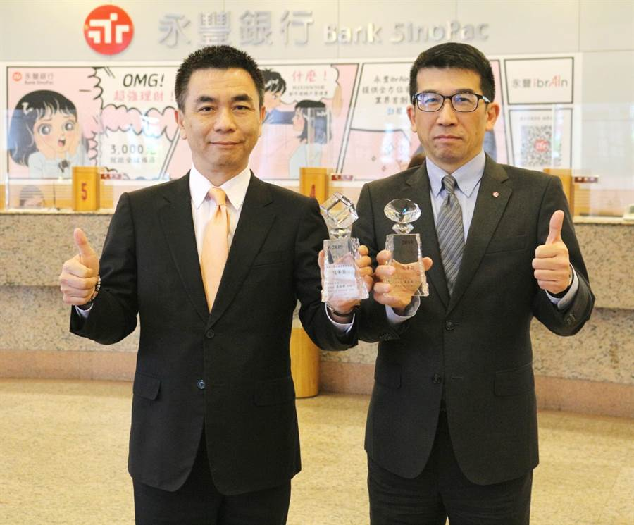 永豐銀行資深副總經理歐陽子能(右)、海外業務處處長王啟志(左)。(永豐銀行提供)