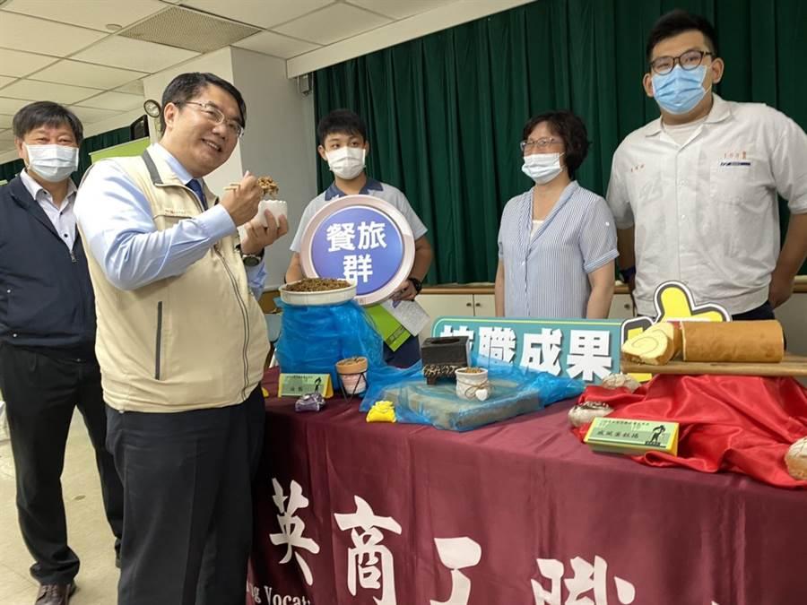 台南市長黃偉哲(左)宣布開放跨縣市畢業旅行。(曹婷婷攝)
