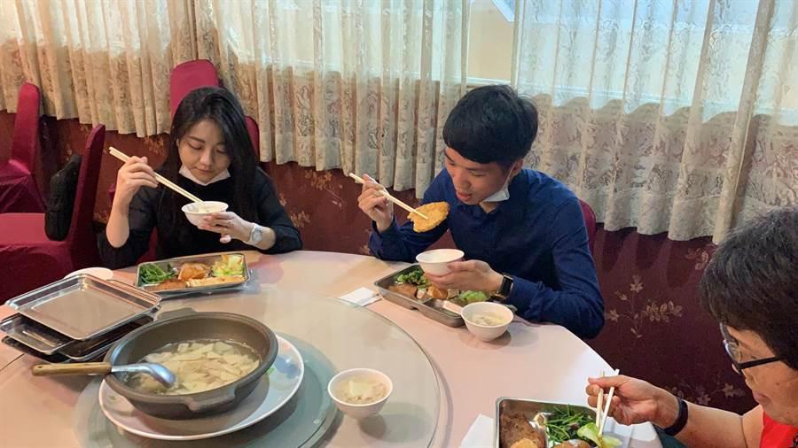 依照防疫旅遊規定,吃飯時,圓桌只坐5人,合菜改成自助餐盤。(潘千詩攝影)