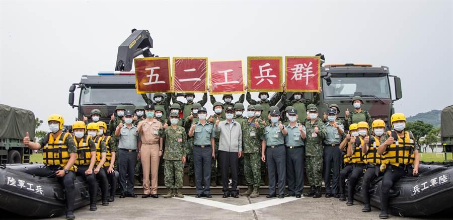 國防部長嚴德發肯定和52工兵群營投入災防整備的辛勞。(軍聞社提供)