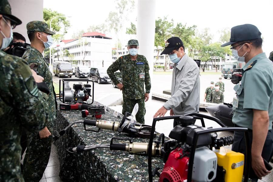 嚴德發視察52工兵營的各救災工具整備情形。(軍聞社提供)