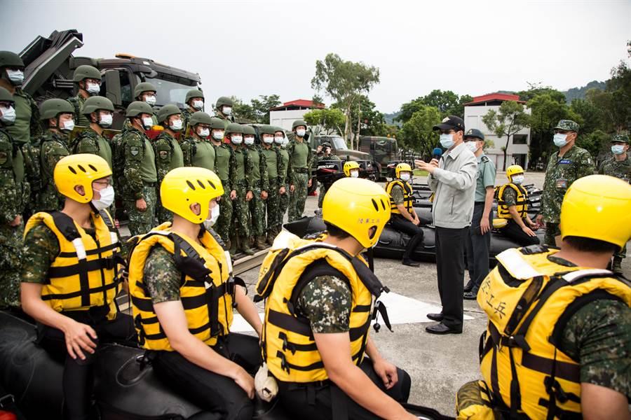 嚴德發強調「救災就是作戰」,他認為救災是相當重要,也很重視士兵的身心狀況。(軍聞社提供)