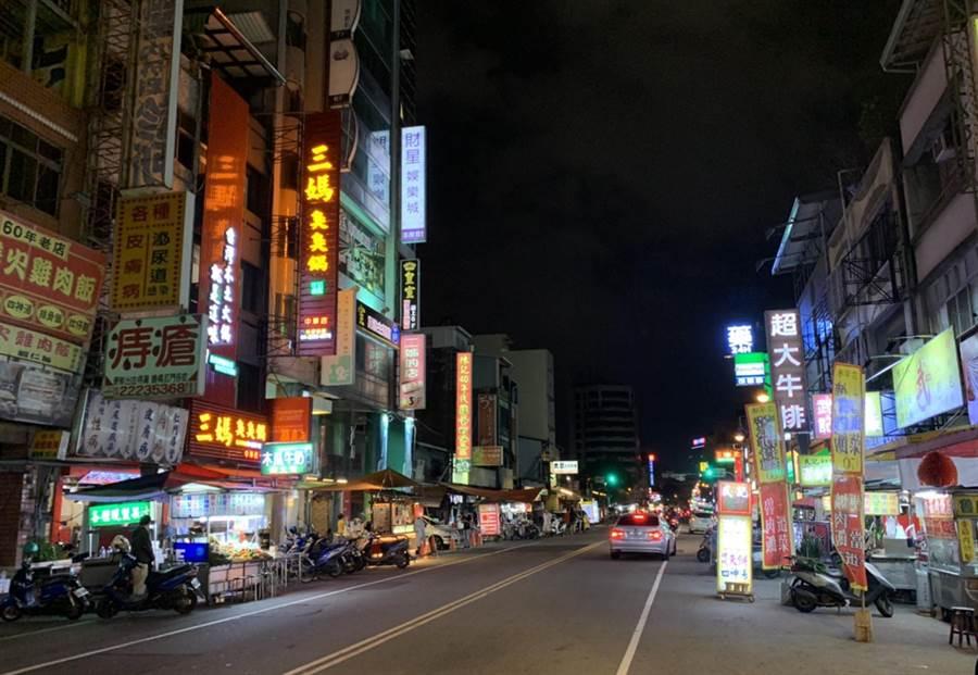 中華觀光夜市屬道路型攤販集中區,昔日人聲鼎沸摩肩接踵,如今淪為門可羅雀。(陳世宗攝)