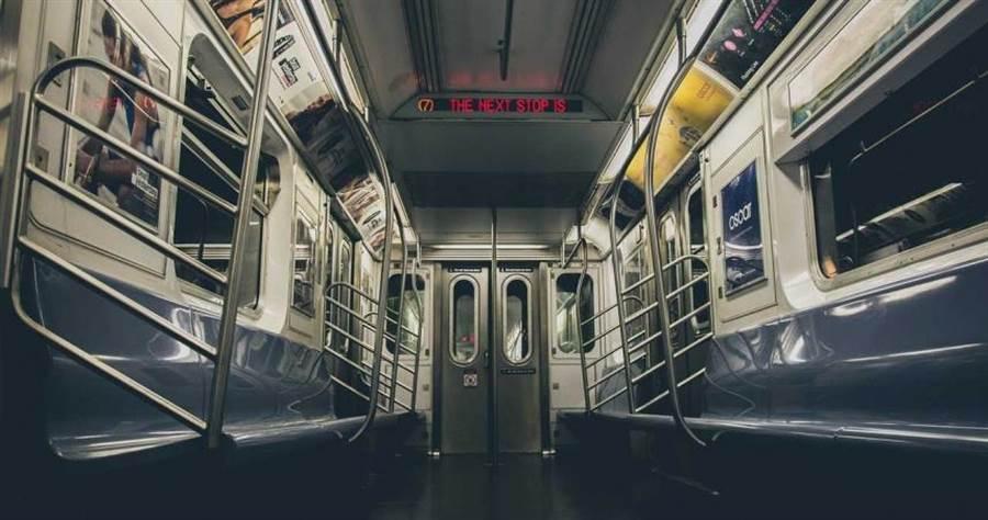 紐約地下鐵將進行紫外線消毒試驗。(圖/pixabay)