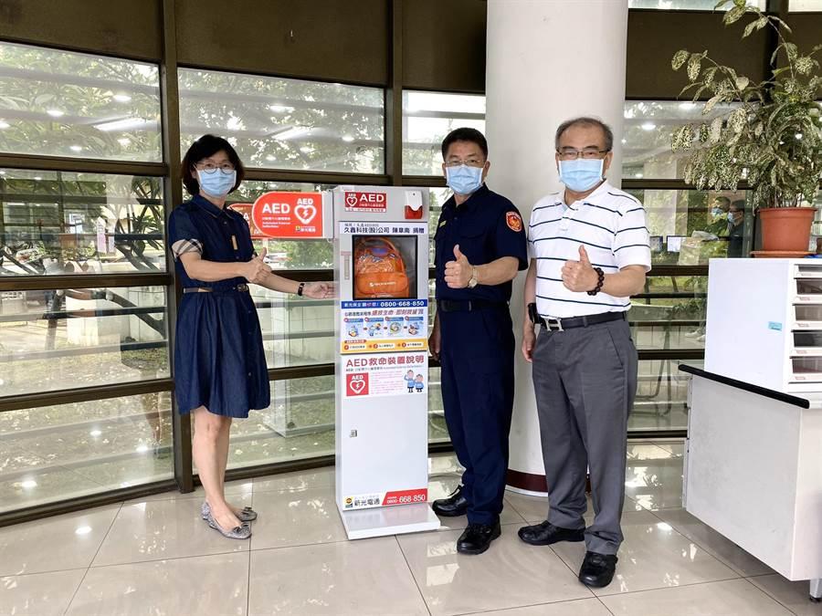 久鑫科技捐贈2台自動體外心臟電擊去顫器(AED)給新化分局。(台南市警局新化分局提供/劉秀芬台南傳真)