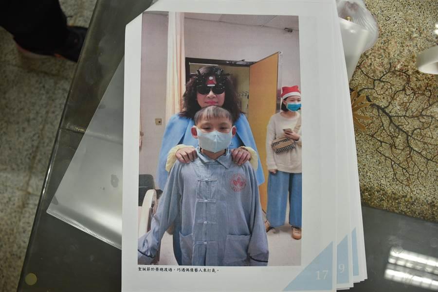 劉庭瑋在榮總治療的耶誕節,陳文茜前來探視病童一起合照。〔竹南國中提供/謝明俊苗栗傳真〕