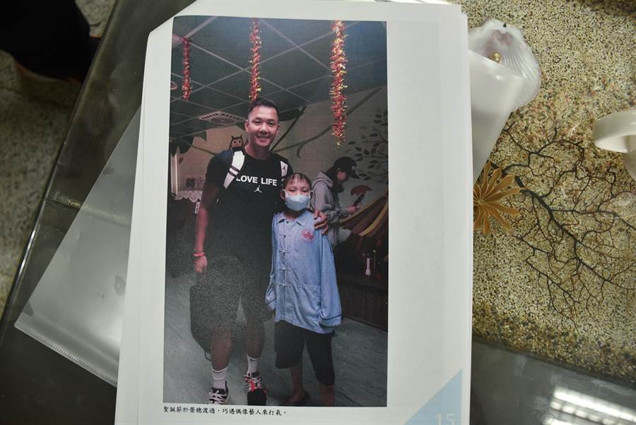 劉庭瑋在榮總治療的耶誕節,藝人黑人前來探視病童一起合照。〔竹南國中提供/謝明俊苗栗傳真〕