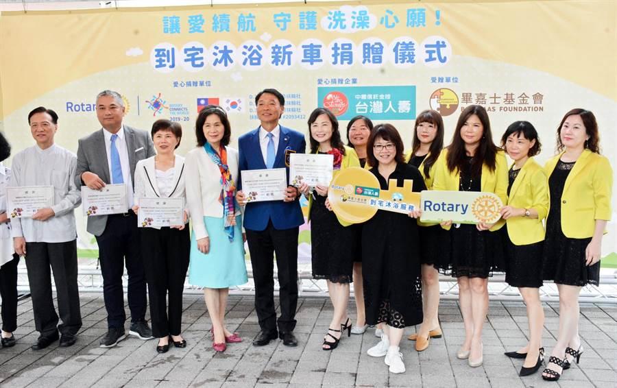 屏東百合扶輪社及台灣人壽捐出新車及設備,讓屏東首輛到宅沐浴車能光榮退役。(林和生攝)