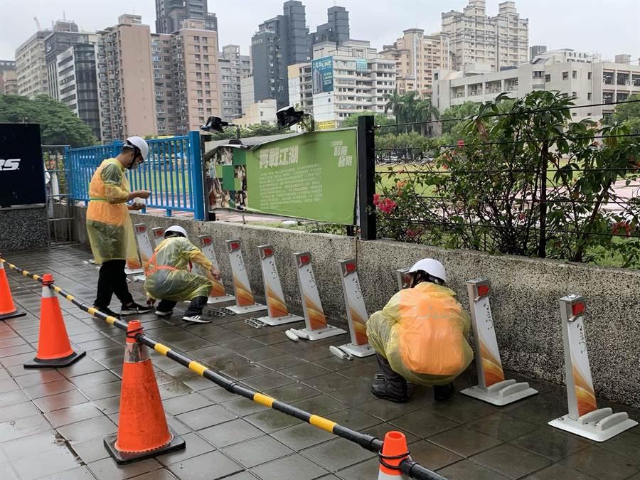高雄市YouBike 2.0超前建置,工人21日冒雨趕工。(柯宗緯攝)