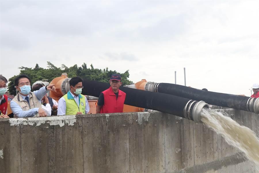 台南市長黃偉哲(左二)21日上午視察麻豆易淹區埤頭里的防汛作業。(李宜杰攝)