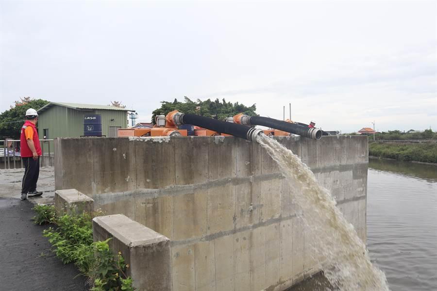 南市水利局目前已於埤頭沿岸部設17台移動式抽水機及2組沉水式抽水機,總抽水量可達6.1CMS。圖為永安宮抽水站。(李宜杰攝)
