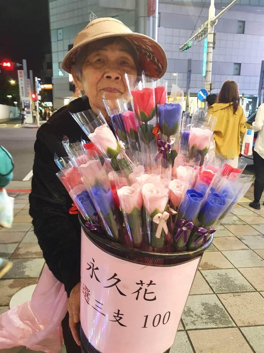 婆婆感謝中山誠品書店主管幫忙,讓她在店門口順利擺攤。(照片/游定剛 拍攝)
