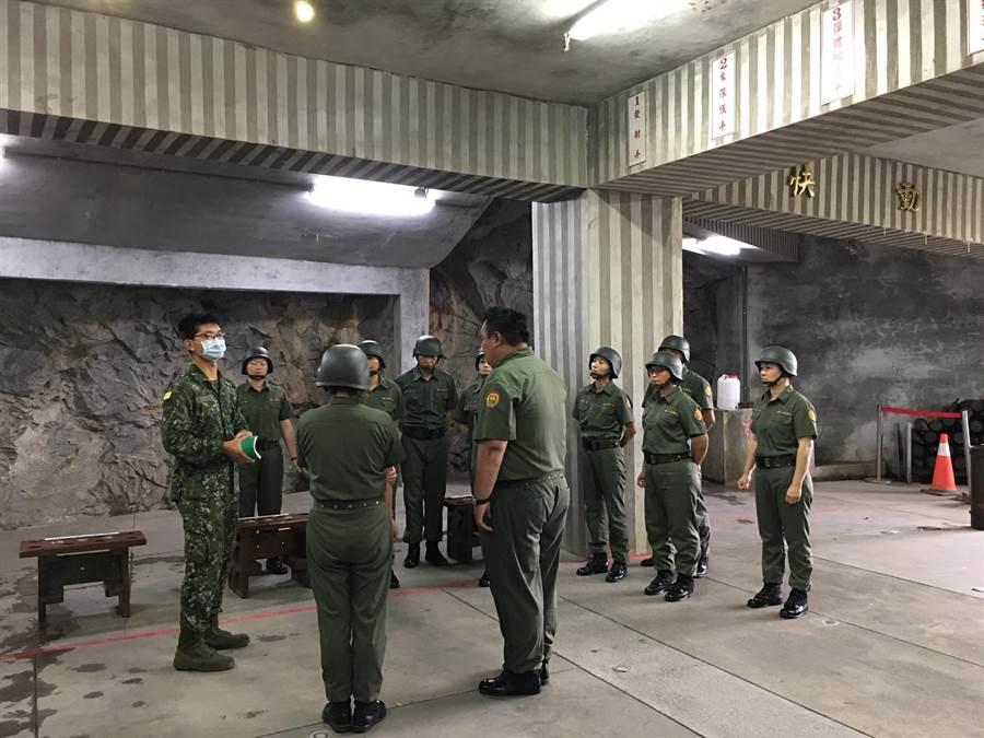 縣府邀請金防部教官指導炮操表演人員,進行動作、口令及武器介紹特訓。(縣府觀光處提供)