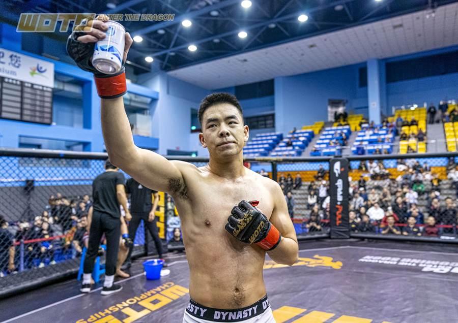"""歐心氣泡氫水特別贊助了格鬥王""""影子""""吳仲凱,讓他在格鬥場上激烈運動後,能有效恢復體力,發揮更好的運動表現。"""