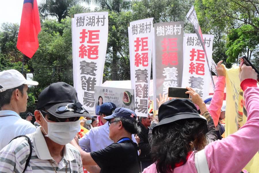 反卜蜂自救會串聯鄉親千人上街抗議,才結束,卜峰就說要拜會,吃了閉門羹。(資料照片/王志偉花蓮傳真)
