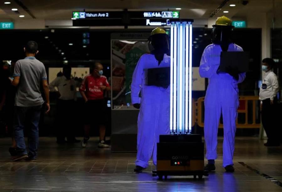 新加坡購物商場納福城(Northpoint City),20日部署了一部自主移動機器人(Autonomous Mobile Robot;AMR),可利用紫外線進行消毒作業。(路透)