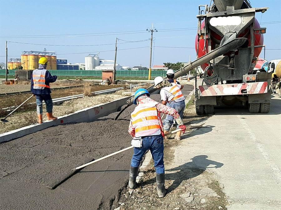 雲林縣府工務處及水利處自2018年起使用再生粒料於重大工程的道路、防汛道路底層回填材料,比例約50%。(雲林縣政府提供)