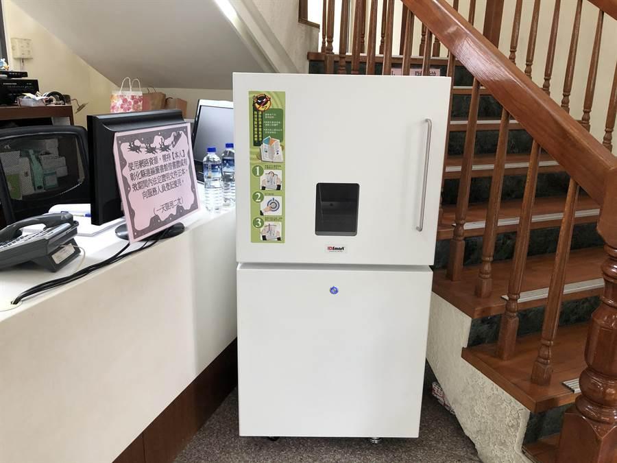 紫外線圖書殺菌機每次操作需時30秒才能完成書及消毒殺菌。(謝瓊雲攝)