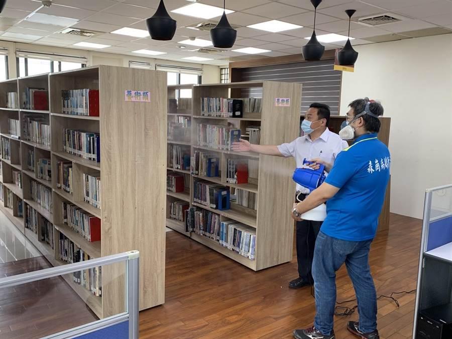 員林市長游振雄(左)關心專業清潔公司人員到圖書館內進行環境空間的消毒作業情形。(公所提供/謝瓊雲彰化傳真)