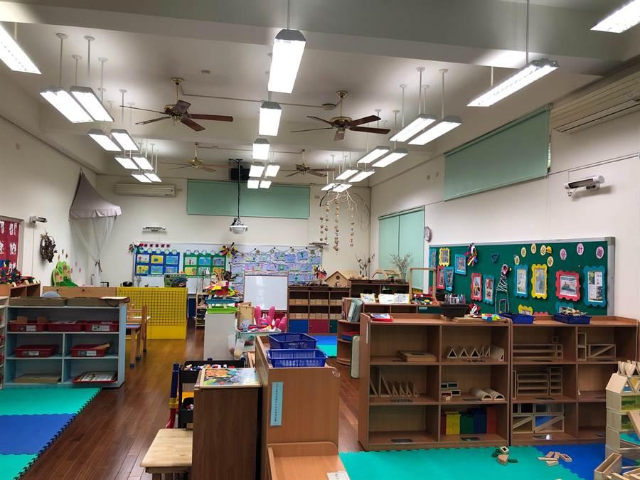 彰化縣溪湖鎮的湖北國小幼兒園內空間約30坪大,安裝紫外線消毒燈管2年來,師生普遍反應良好,校方將進一步加裝在學校圖書室內,讓師生有更安心的防疫閱讀空間。(校方提供/謝瓊雲彰化傳真)