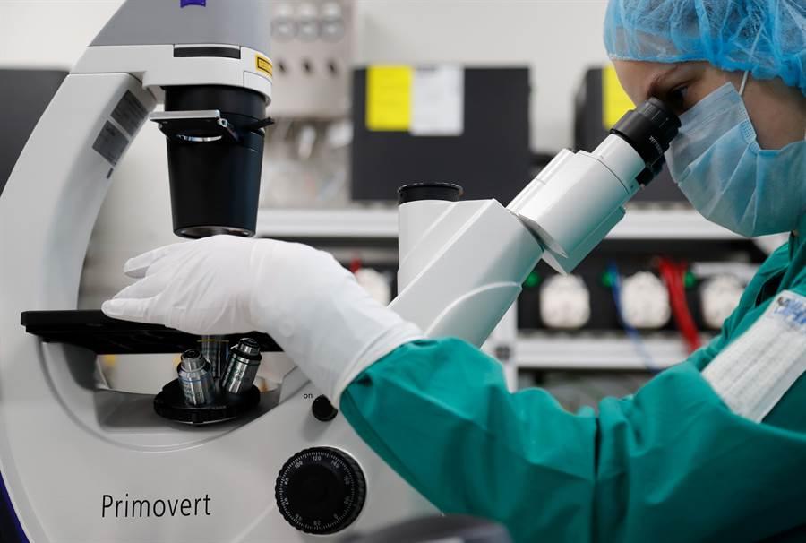 全球各大藥廠與科研團隊都力爭在最短時間內研發出新冠病毒的治療藥物與疫苗,目前至少有70餘種疫苗立案研究,其中有10種已進入臨床試驗,但還需要相當久時間才能批准使用。(圖/路透)