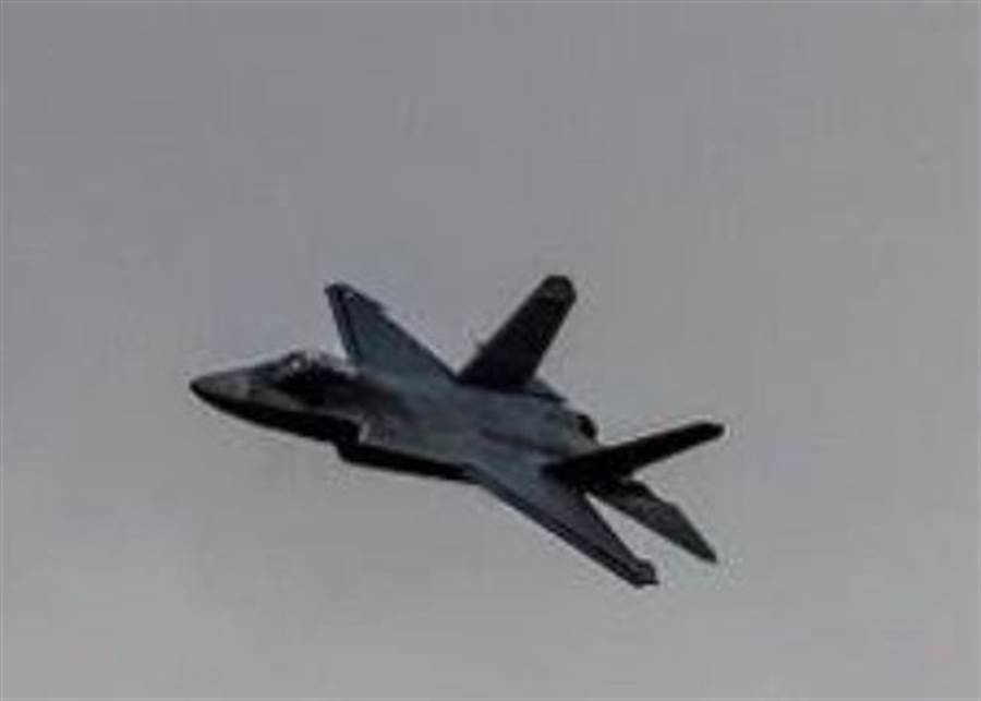 疑似「鶻鷹」戰機去掉空速管的新照。(網路)