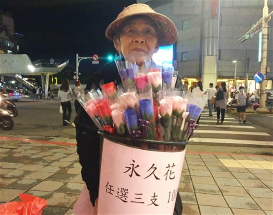 婆婆賣糯米製成的「永久玫瑰花」,不少人都會捧場支持。(照片/游定剛 拍攝)