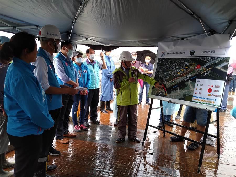 高雄市長韓國瑜視察楠梓黑橋排水工程,現場聽取簡報。(林雅惠攝)