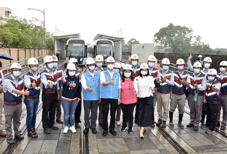 高雄市長韓國瑜21日下午帶領議會交通委員會議員,視察輕軌進度。圖/高雄新聞局提供