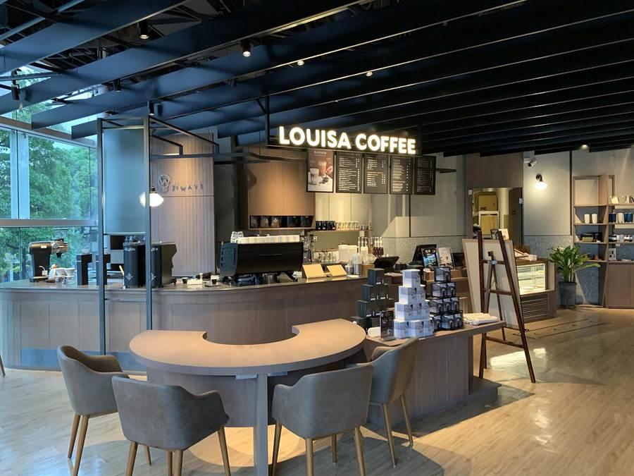 蔦屋書店除了書香外,也進駐路易莎咖啡,讓民眾邊看書邊飲咖啡。(柯宗緯攝)