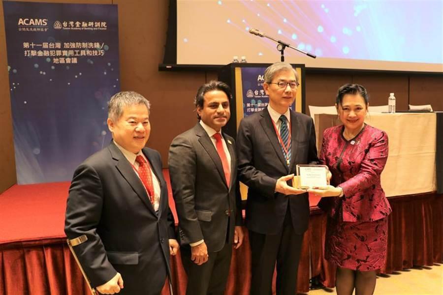 (黃天牧(右二)曾以金管會副主委身份參與台灣金融研訓院的國際活動。圖/陳碧芬)
