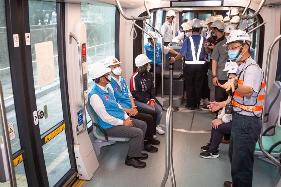 高雄市長韓國瑜(左二)21日視察輕軌建設進度,自二聖、凱旋路口的C36站上車、乘至三多、凱旋路口的C34站。(袁庭堯攝)