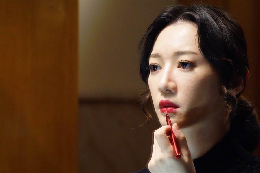 李杏飾演高級招待所經理。(公視提供)